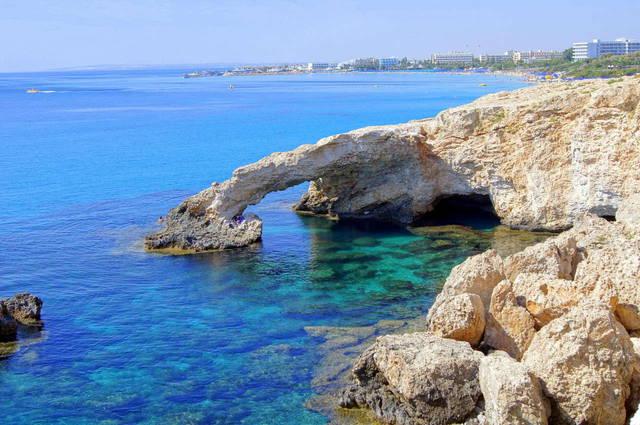 Айя-Напа - престижный и очень популярный у туристов со всего мира курорт Кипра. По преданию, эта часть острова была покрыта непроходимым лесом, пока однажды охотник не обнаружил здесь пещеру. Там находилась икона Божьей Матери. С тех пор эта рыбацкая деревушка называется «священным лесом» - Айя-Напа.