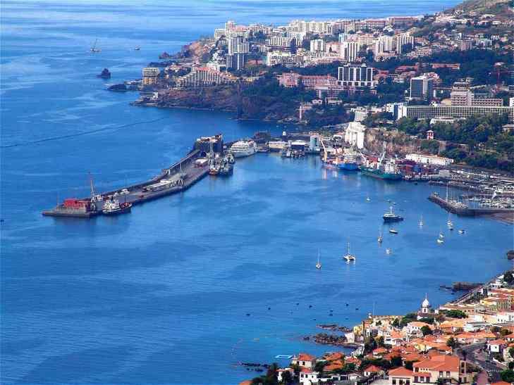 Автономный регион Португалии, расположенный на одноимённом архипелаге в северной части Атлантического океана, приблизительно в 1000 км к юго-западу от Португалии и в 500 км к западу от африканского побережья.